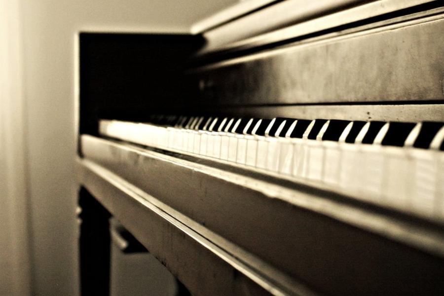 dzieci lubia grac na pianinie